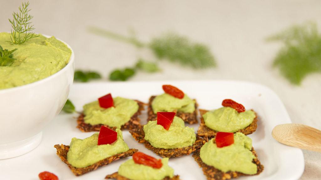 crème de petits pois sur crackers